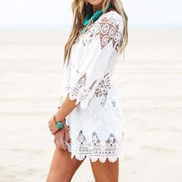 Sommer-Frauen-Strand-Mini- weißes Kleid-elegante 3/4 Hülsen-O-Ansatz-Spitze-Blumenhäkelarbeit höhlen heraus festen Strand-Kleid Vestidos vertuschen Beachwear von Fabrikanten