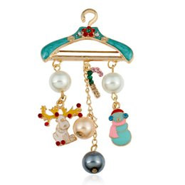 Wholesale Wholesale Hangers For Children - Wholesale- New Design Christmas Gifts Hanger Brooch Cute Style Simulated-Pearl Candy Elk Santa Claus Tassel Pendant Brooches For Children