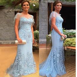 Madre de tul largo novia online-Elegante madre de la novia Vestidos Sheer Neck Tulle Cap Manga-Columna del vestido de fiesta Vestido de encaje azul Vestido largo de la madre