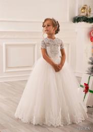 Pretty Scoop Beyaz Kat Uzunluk Balo Çiçek Kız Elbiseler ile Kısa Kollu Kızlar Noel Elbise Kız Doğum Günü Örgün Parti Elbise nereden