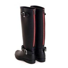 587107d30be resfriamento de borracha Desconto 2017 Estilo de Equitação Fivela Botas de  Chuva Mulher Alta Red
