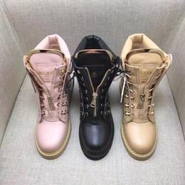 a8535b277 Botas Martin Beige Rosadas Negras Botas de cuero genuino con tachuelas con  cordones Botines Feminino talón plano cheap flat pink boots