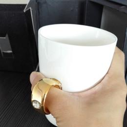 Кофейные кружки онлайн-Оптовая продажа-Бесплатная доставка керамические кольца чашки кофе кружки керамические милые чашки и кружки черный и белый canecas porcelana presentes criativos
