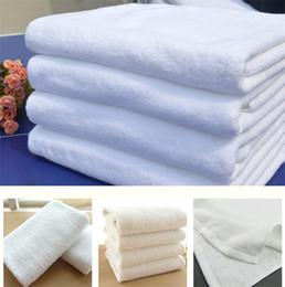 Toallas blancas de hotel online-Venta caliente 70 * 140 cm 21 alambre tejido plano Paño de algodón puro suministros de hotel toalla blanca Hotel toalla de baño IA845