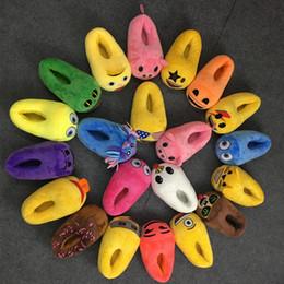 Zapatillas de deporte divertidas online-Emoji zapatillas de expresión de dibujos animados hombres mujeres zapatillas de felpa casa de invierno zapatos lindo divertido Emoticon zapatillas diseños al azar LJJO1851