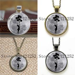 Globos de cristal online-10pcs Banksy globo chica en luna Glass Photo Cabochon collar llavero marcador mancuerna pulsera pendiente