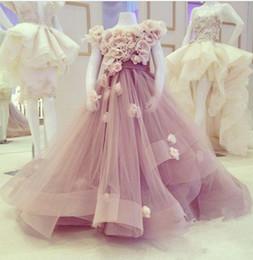 Rüsche rock blumenmädchen kleid online-Schöne Tüll gekräuselte Blumenmädchenkleider mit handgefertigten Blumen Flauschige Röcke Mädchen Festzug Kleider Formelle Kleidung Kleider Für kleine Mädchen