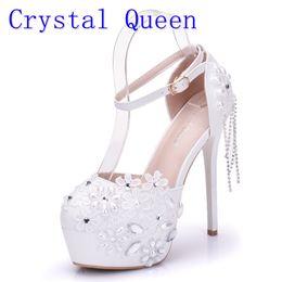 Sandali degli alti talloni della perla online-Crystal Queen Sandals 14CM Tacchi alti Pompe da donna Stile sexy Fibbia Cinturino bianco Pizzo perla Nappa Fower Scarpe da sposa Estate