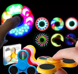 bunte flash-spinnerei Rabatt Neue LED Schalter Buchstaben Verfärbungen Lichter Hand Spinner Zappeln Spinner Top Qualität Dreieck Bunte Flash Finger Spinning Spielzeug A080