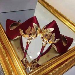 Calcanhar azul marinho on-line-Filigrana ornamentado Folha bomba feminino azul marinho / borgonha / branco / preto / champanhe sexy sapatos de noiva de seda de noiva saltos de baile sapatos das mulheres vestido sapatos