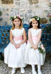 2019 abito bianco della spiaggia della boemia 2019 White A-Line Flower Girl Dresses per Bohemia Beach Country Wedding Jewel Pink Ribbon Abiti da concorso economici per la comunione abito bianco della spiaggia della boemia economici