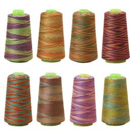Máquinas de coser baratas online-Carrete de hilo de coser multicolor barato Suministros de coser industriales de coser de poliéster 3000Y 40S / 2 W210