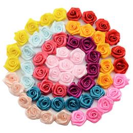 Tissu rosette rose fleurs en Ligne-Vente en gros-100 pcs / lot Main Satin Rose Ribbon Rosettes Tissu Fleur Bow Appliques De Mariage Décor Craft Couture Accessoires DIY