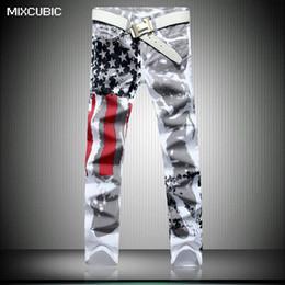 2019 bandera americana hombres capris Al por mayor-MIXCUBIC llegada Inglaterra estilo bandera americana jeans impresos hombres lavado casual delgado pintado jeans impresos hombres de gran tamaño 28-42 bandera americana hombres capris baratos