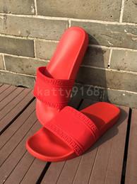 Verano nueva palabra hombres zapatillas cabeza 3D sólido color negro y rojo plástico casual playa hombres sandalias desde fabricantes