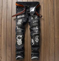 Gros-European American Pop logo Crâne Lettre Patches Jeans Hommes droites Fit Brodé Hip Hop Locomotive Biker Jeans Gris # 003-4 ? partir de fabricateur