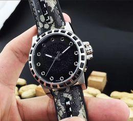La montre de boutique de mode moderne de mouvement de quartz de poignet d'hommes rond porte la zone avancée de tabulation est la plus compliquée ? partir de fabricateur