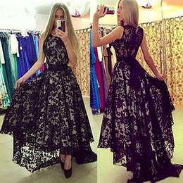 Abito nero scollo basso online-Jewel Neckline Black Lace senza maniche High Low Prom Dresses con abito da sera sash vestidos de formatura longo