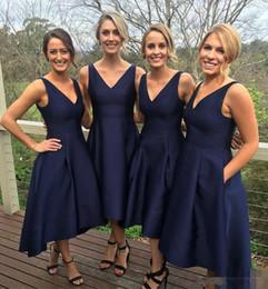 Júnior oi baixos vestidos on-line-2017 Azul Marinho Curto Alta Baixa Dama de Honra Vestidos Com Bolsos Barato V-Neck plissados Maid Of Honor Vestidos Formais Júnior Damas De Honra Vestido