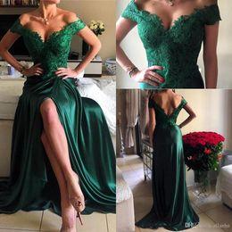 Tappeto verde cacciatore online-2017 Hunter Green New Long A Line Prom Dresses V Neck Applique in pizzo Elastico in raso Sexy Side Split Abiti da sera formale Red Carpet Celebrity