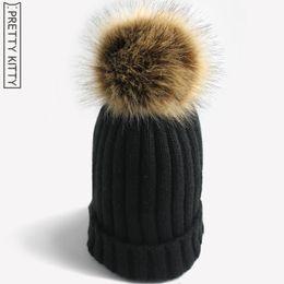 Venta al por mayor- PRETTY KITTY 2017 Sombrero de invierno cálido de  Pompones de piel sintética hecha por el hombre para gorro de punto de niña  de mujer f2b88488927