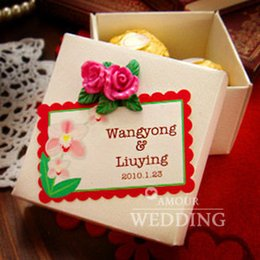 Wholesale European Flowers Favors - New 2017 Wedding Candy Favors Personlized Square Paper Boxes White Box with Beautiful Flowers European Fashion Design