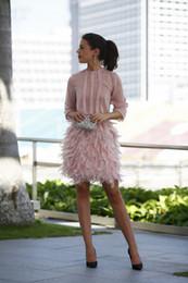 Robe de bal courte dos long en Ligne-Blush modeste plume robes de soirée courtes 2019 rose manches longues dos ouvert avec arc dubaï arabe mini robe de bal robes de cocktail