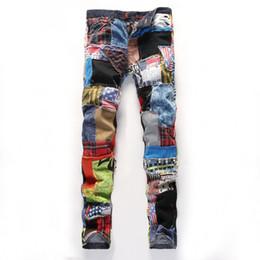 Calças multi coloridas on-line-Patchwork dos homens emendados rasgado jeans denim moda Masculina magro remendo botões coloridos voar calças retas Frete grátis