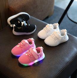Zapatos de deporte de las niñas linda online-Kids Mesh LED Sneakers Zapatos para niños Transpirables Niños Zapatos Led Niños Chicas Iluminan lindos Zapatos lindos Deportivas KKA2120