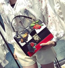 Wholesale Embroidered Fashion Handbags Tote Bags - wholesale wine god bump the new vogue female bag summer flowers bees embroidery handbag euramerican fashion embroidered leather handbag