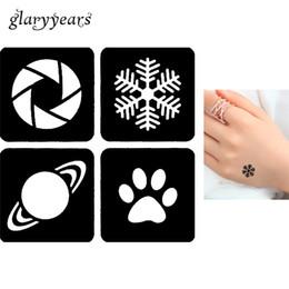 Снежинка онлайн-Wholesale- 1 Piece Small Glitter Henna Tattoo Stencil Airbrush Painting Shoulder Hand Body Art Snowflake Tattoo Sticker Christmas Gift G105