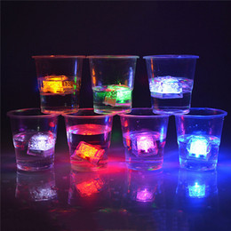 Wholesale Sensor de agua Sparkling LED Cubos de Hielo Luminoso multicolor que brilla intensamente Decorable para la Fiesta de Evento de Boda