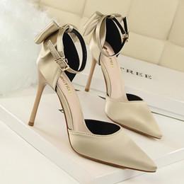 Высокие каблуки новый атласный лук женская обувь синглы штраф с острыми высокими каблуками слово с сандалиями красный свадебные туфли от