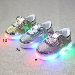 2019 chaussures pointues pour garçons Led kids 2017 printemps automne nouvelle mode brillant léger garçons et filles chaussures de sport chaussures décontractées chaussures à cinq pointes chaussures sneakers chaussures pointues pour garçons pas cher