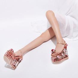 2020 talon haut 17cm Chaussures de plateforme de qualité supérieure Femmes d'été Compensées creuses Rose et feuilles Sandales cloutées Chaussures de mariage / de fête 17CM Super High Heels promotion talon haut 17cm