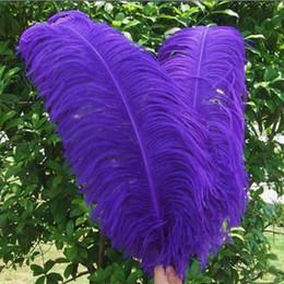 Penas de avestruz de 55 cm on-line-10 pcs de alta qualidade pena de avestruz Halloween trajes de casamento de casamento materiais decorativos pena 50-55cm roxo opcional