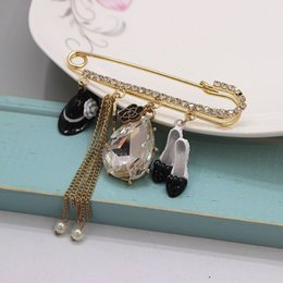 Wholesale Brooch Shoes Ship - Wholesale- 2016 Free Shipping Cute European Lady Brooches Beauty Alloy Charm Hat High-heel Shoe Chains Gold Pin Brooch Accessories Br894