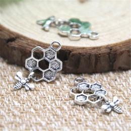 colgante de nido de abeja Rebajas 30pcs- Encantos de abeja y panal de abejas, antiguos colgantes de abeja de plata tibetana y encantos de panal de 13 x 20 mm