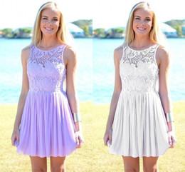 Белые серебряные короткие платья онлайн-Лавандовое кружево шифоновое короткое платье для выпускного вечера Scoop без рукавов серебристо-белое короткое платье для выпускного вечера Дешевые платья для вечеринок