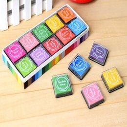 Almofadas de tinta artesanais on-line-12 cores Bonito Inkpad Craft DIY Almofadas De Tinta para Carimbos De Borracha À Base de Óleo Scrapbook Decoração de Casamento Almofada de Impressão Digital