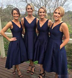 Argentina Vestido de dama de honor corto azul marino de alta calidad Con cuello en v Sin mangas Cremallera Té con bolsillos Alto Bajo Una línea Vestidos de fiesta para bodas Suministro