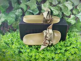Mariposa verde rosa online-Verde oliva para mujer Satén Fenty Bandana Zapatillas de diapositivas Diseñador Señoras Rihanna Mariposa Zapatillas Oro Rosa Rojo Blanco Púrpura Azul Nuevo en caja