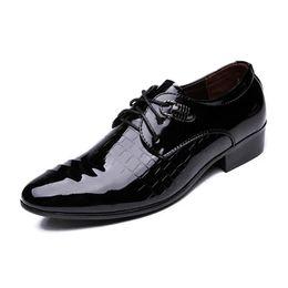 2019 zapatos de vestir de charol blanco de los hombres 2017 hombres de moda de primavera zapatos de vestir de charol blanco negro de la marca para hombre zapatos de boda Oxford zapatos de cuero de cocodrilo zapatos de vestir de charol blanco de los hombres baratos