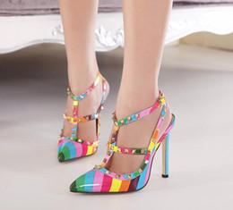 2019 zapatos de tacón alto de arco iris Envío gratis verano sexy raya estrella señaló zapatos de tacón alto colorido arco iris sandalias remache zapatos al por mayor y al por menor zapatos de tacón alto de arco iris baratos