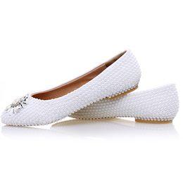 Zapatos de boda cómodas damas de honor online-2017 zapatos planos de la perla de la perla blanca Wedding los zapatos cómodos de la dama de honor zapatos de la novia del vestido formal forman los zapatos del baile de fin de curso del baile de fin de curso