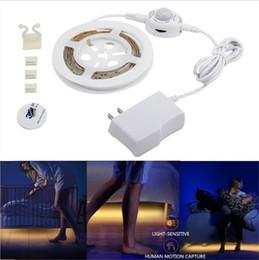 2019 sensores de movimento 12v Movimento Ativado Cama Luz SMD 3528 12 V 1.2 M Flexível LED Strip Sensor de Luz Da Noite Com Temporizador de Desligamento Automático sensores de movimento 12v barato