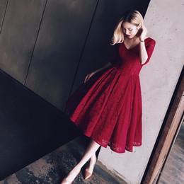 Vestidos de fiesta de manga tres cuartos online-Encaje borgoña vestidos de baile una línea de cuello en V manga tres cuartos vestidos hasta la rodilla vestido de fiesta 2017 vestidos del desfile para las mujeres