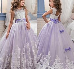 2019 hermosas flores moradas blancas Hermosas flores de color púrpura y blanco vestidos para niñas Abalorios de encaje con apliques Vestidos para el banquete de boda BA4472 rebajas hermosas flores moradas blancas