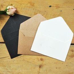 Черная бумажная оболочка онлайн-Wholesale- 10pcs/lot 6.7*10.5cm Mini Vintage Greeting Card Envelope Kraft/White/Black Paper Envelope 3 Design Gift Invitation Envelope