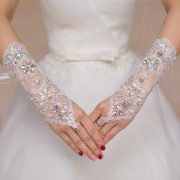 Vestidos de noiva de renda elegante vermelho on-line-Brand New Beads Luvas De Noiva com Rendas Até Romântico Princesa Luvas de Casamento para o Vestido de Noiva Elegante Marfim Branco Vermelho Acessórios de Noiva